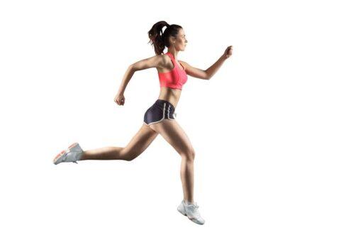 Mujer haciendo running con fondo blanco