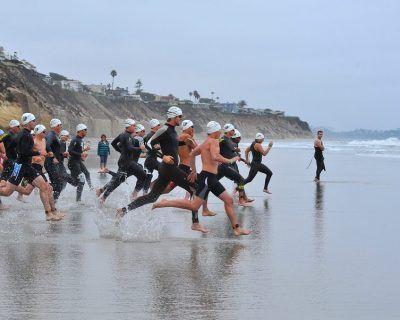 Salida de triatlón con parte de la costa y olas de fondo