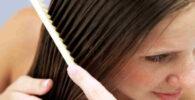 Mujer peinándose el pelo liso con aceite de Argán
